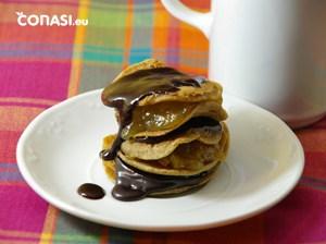 Las tortitas de desayuno con chocolate derretido y mermelada de naranja