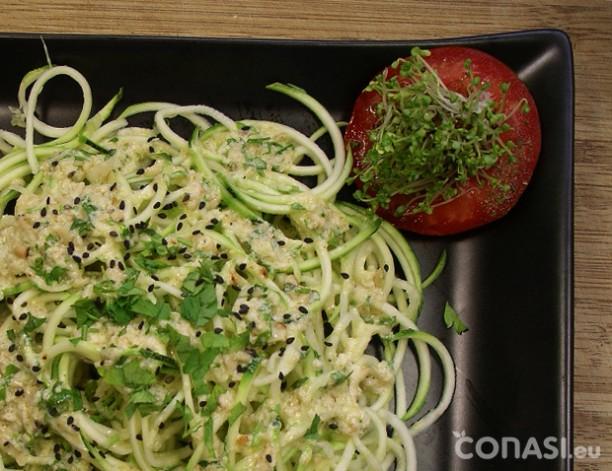 Espaguetis de calabacín crudos con albahaca. Cortados con Spiroli