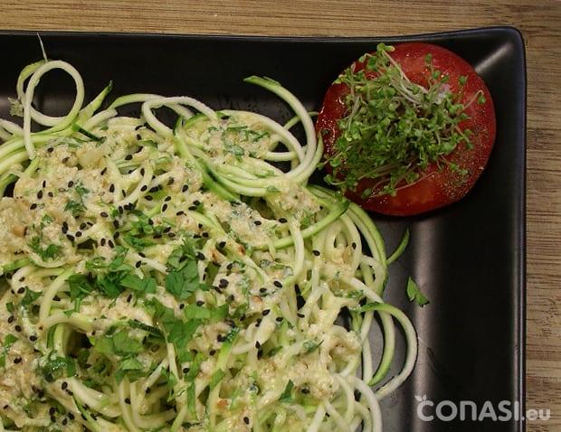 Espaguetis de calabacín con albahaca, son crudos, nada está cocinado. Cortados con Spiroli