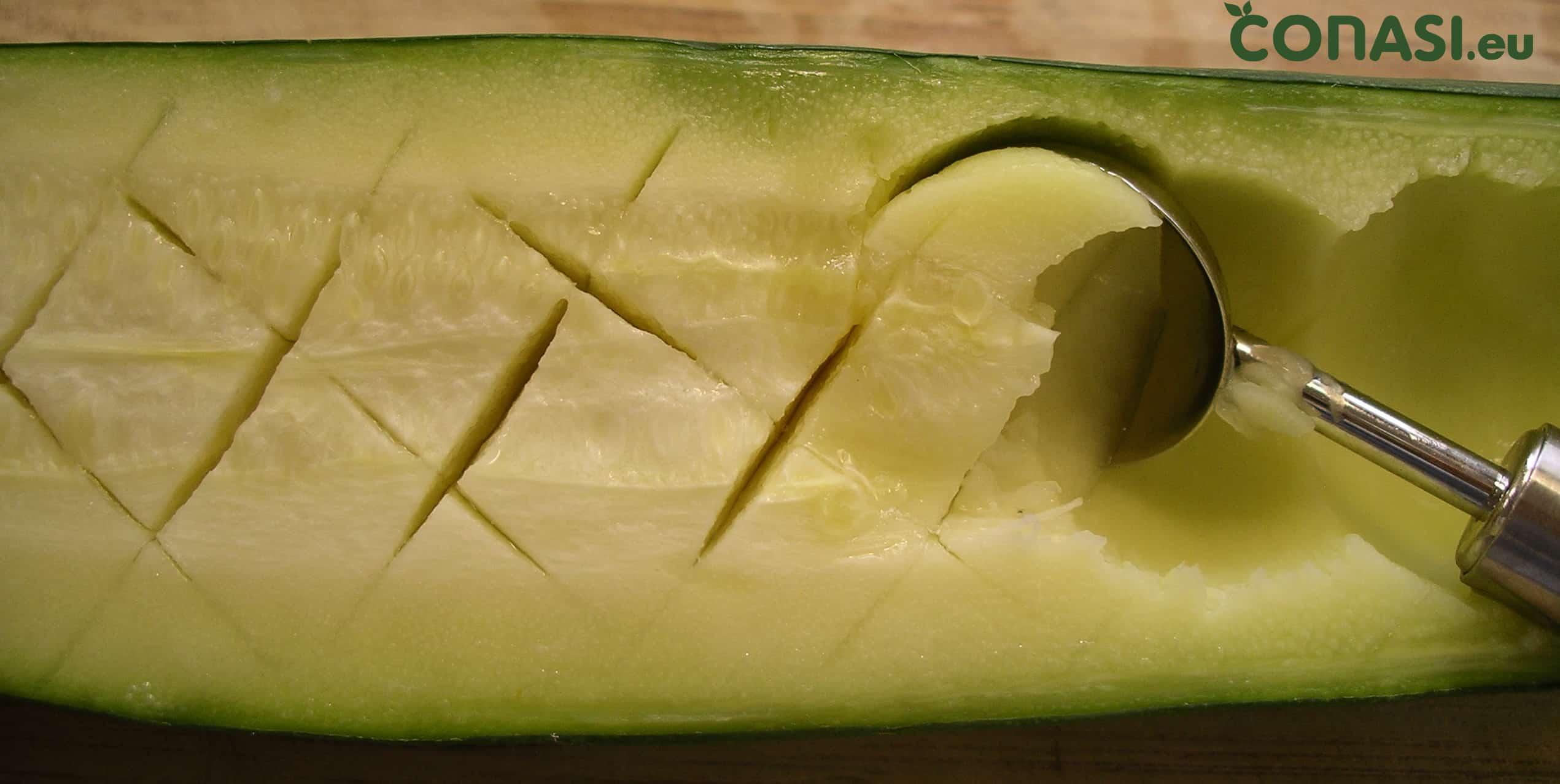 Quitar la pulpa de los calabacines al vapor con una cucharilla