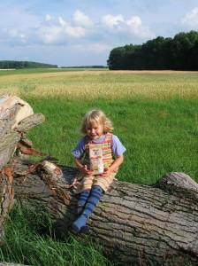 Niña en la granja Bauckhof, de agricultura biodinámica