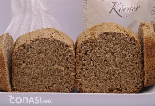 Dos panes integrales de espelta, mostrando una buena fermentación