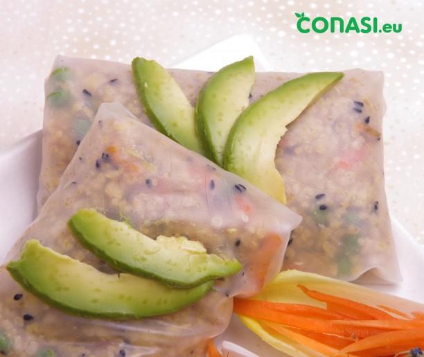 Rollitos de quinoa adornados con aguacate