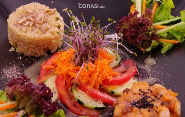 Detalle de la ensalada: zanahoria, tomate y pepino con unos germinados de col lombarda