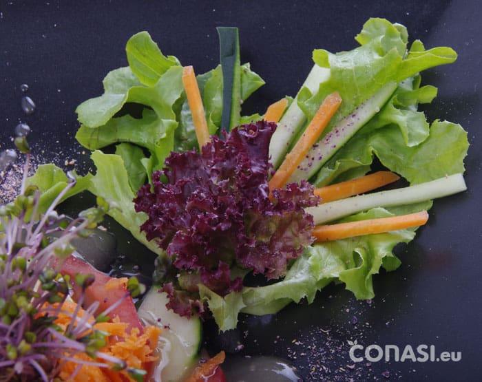 Detalle de decoración con lechuga, zanahoria y pepino