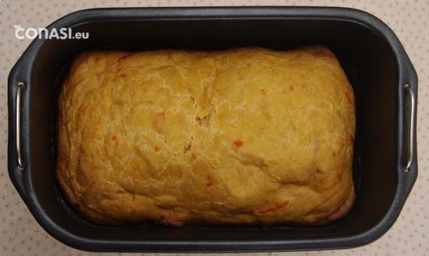 Pan recién hecho, en el molde de la panificadora Extra