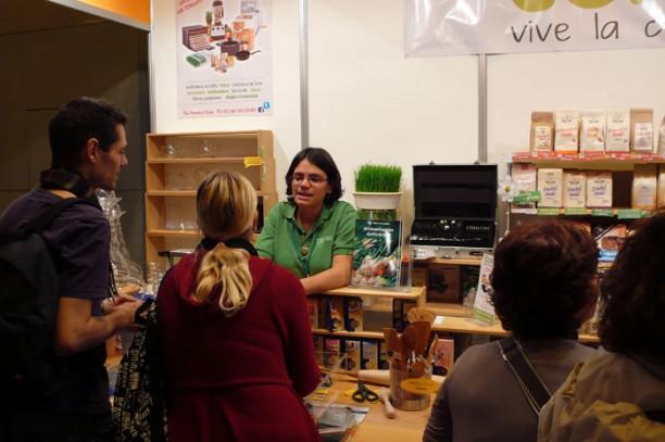 Odile Fernandez vendiendo en el stand de Conasi