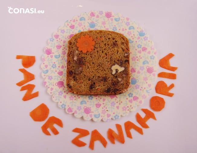 Corte del pan de zanahoria