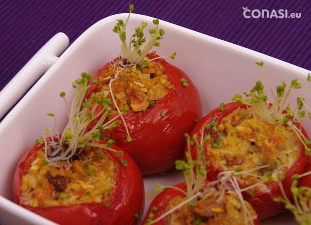 Los tomates rellenos de bulgur y con germinados de trébol rojo
