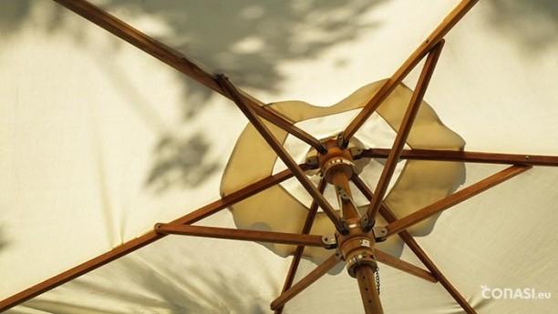Ponte debajo de un parasol