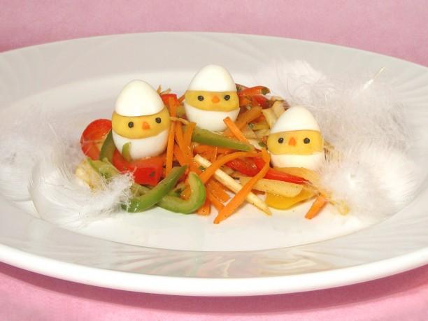 Nidos de colores con pollitos de patata