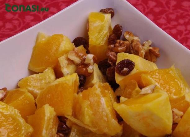 Una receta sencillísima de hacer, naranja, pasas, nueces, aceite.