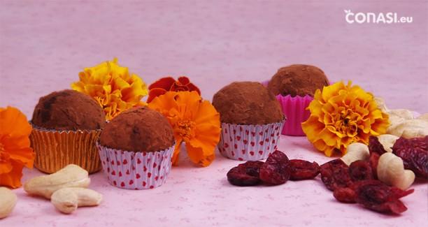 Bolitas crudiveganas dulces, hechas con arándanos y anacardos