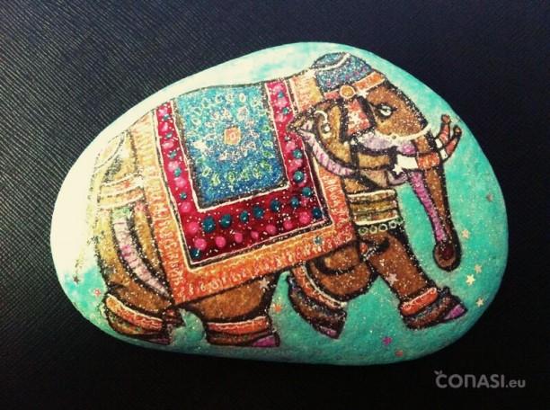 Elefante pintado en una piedra