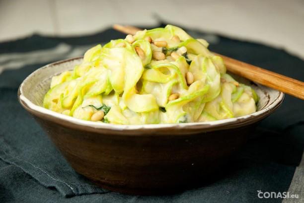 Pasta raw de calabacín con salsa de coliflor y cebolla
