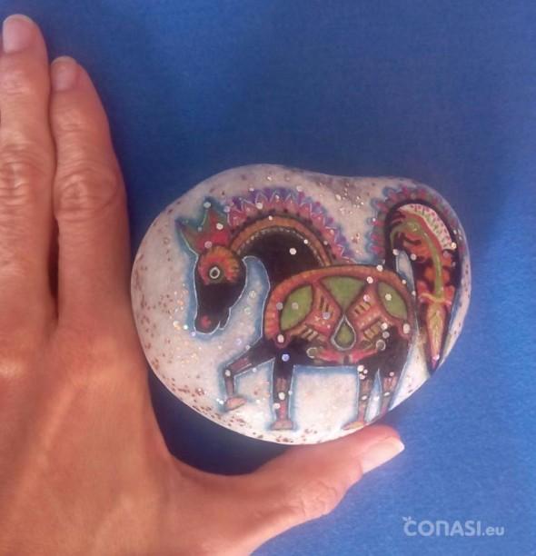 Caballito pintado en una piedra