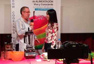 Presentando a Núria Roura antes del showcooking que impartió en el Congreso de Alimentación Viva y Consciente