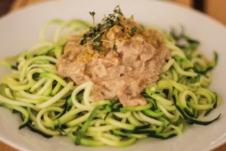 Espaguetis de calabacín hechos con el spirali, acompañados de salsa de nueces