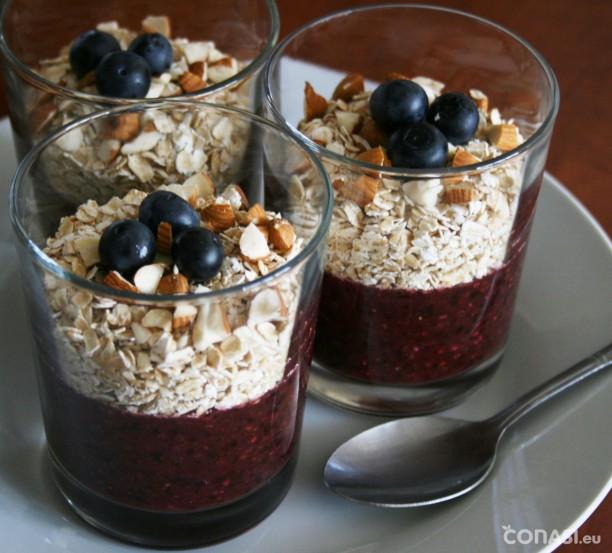 Desayuno: batido de arándanos y fresas con copos de avena sin gluten y frutos secos