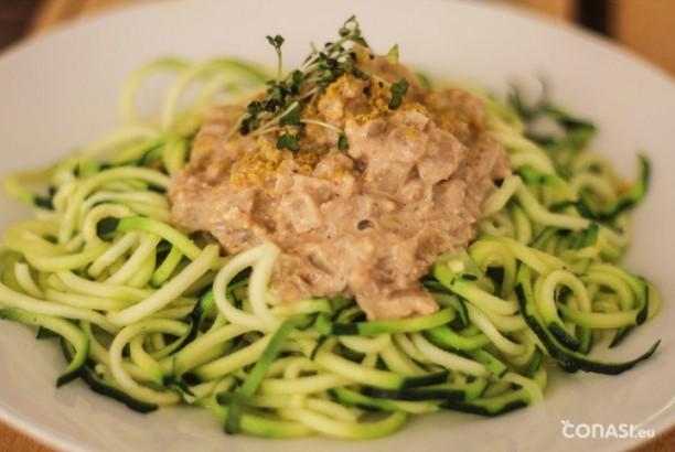 Espaguetis de calabacín hechos con el spirali y salsa de nueces hecha en la personal blender