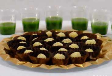 Bolitas de almendar y zumo verde