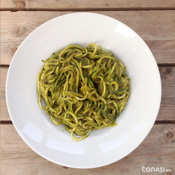 Espaguetis de calabacín con 2 salsas, una de pipas de girasol y otra de guisantes y tomates deshidratados
