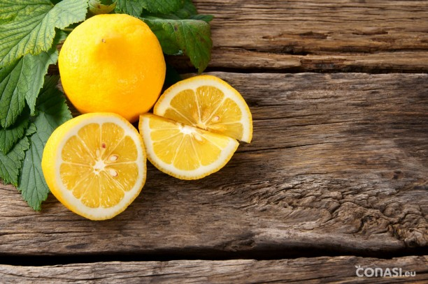 El agua tibia con limón en ayunas nos ayudará a ir al baño