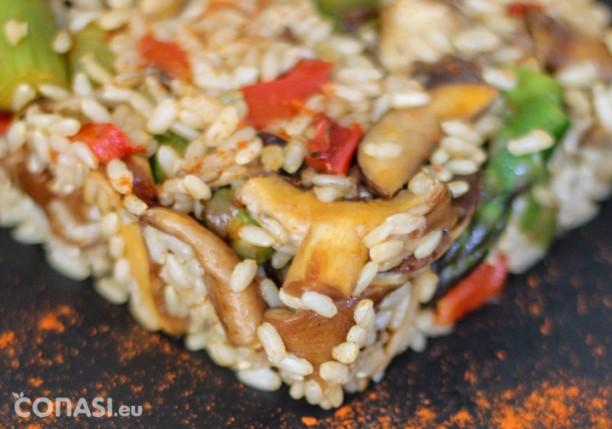 Arroz integral con verduras y setas salteadas y especias