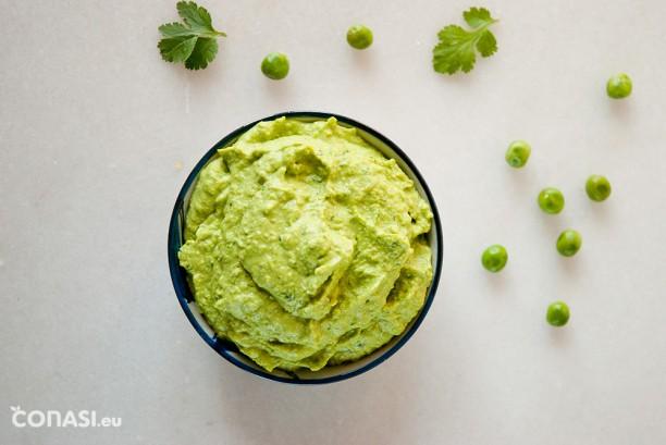 Hummus de guisantes, sin garbanzos ideal para dipear o acompañar platos como este timbal