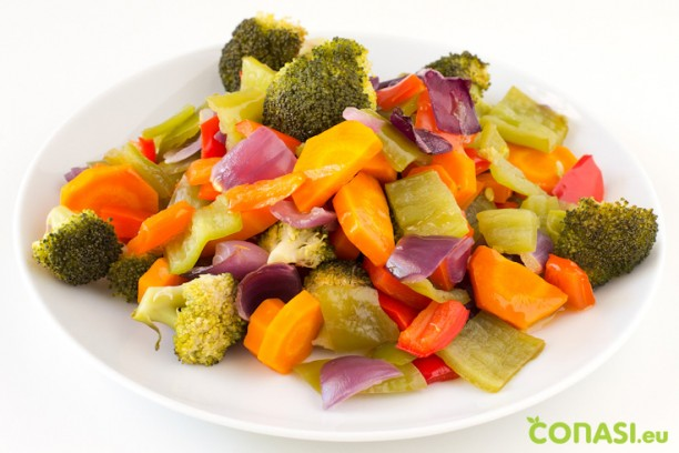 Verduras cocinadas en papillote listas para tomar