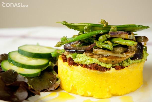 Timbal de polenta con verduras de primavera