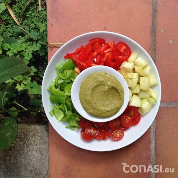 Las verduras del gazpacho con hummus de garbanzos y plantas aromáticas
