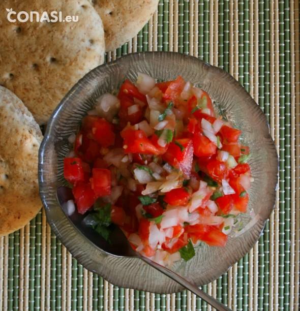 Pebre, es parecido a la pipirrana, ideal para acompañar el pan, carne, pescado, tortilla...¡una ensalada fresquita para el verano!