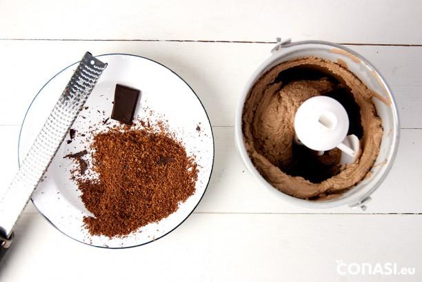 Pasados 30 minutos, le añadimos chocolate negro rallado