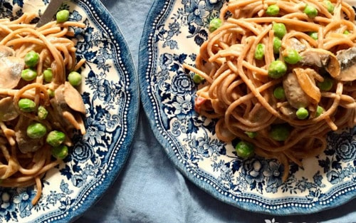 Espaguetis carbonara con portobello y guisantes