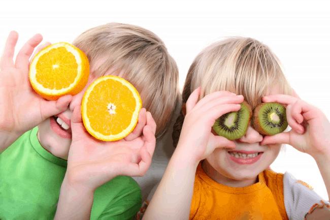 niños-comiendo-frutas
