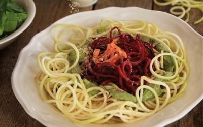 Espaguetis de calabacín y remolacha con pesto