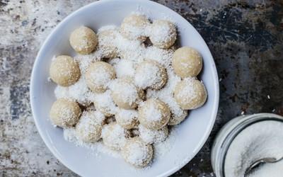 Trufas raw de coco, limón y tahini