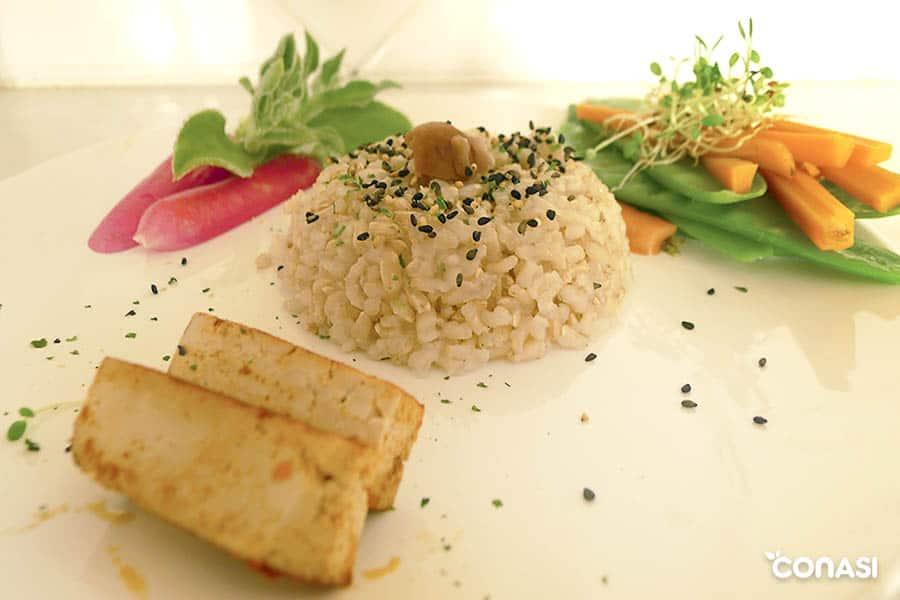 Arroz furikake con pickles encurtidos de rabanito.