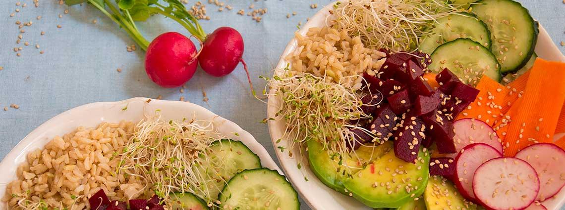 Poke bowl vegano de arroz con salsa de soja