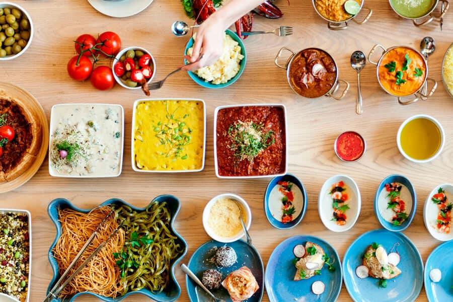 Preparaciones del menú batch cooking en una mesa