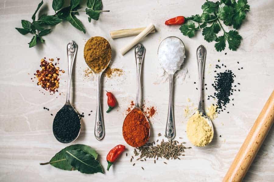 Varias cucharas con diferentes especias para elaborar patés vegetales