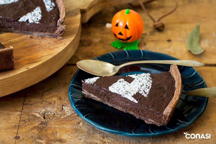 Trozo de una tarta vegana de Halloween en un plato
