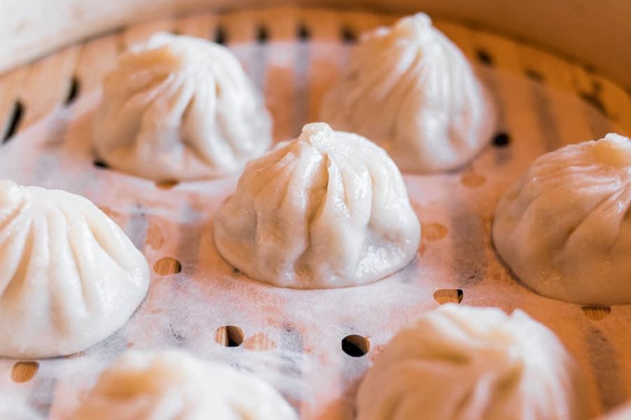 Bollos chinos cociéndose al vapor en una vaporera de bambú - Alimentos que enfrían, alimentos que calientan