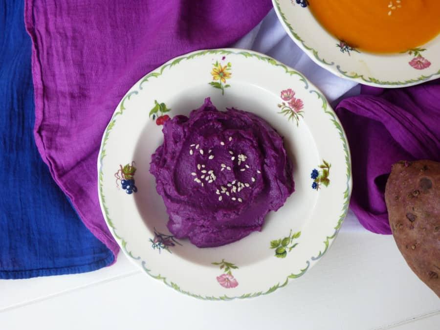 Hummus de boniato morado en un plato como ingrediente base de croquetas.