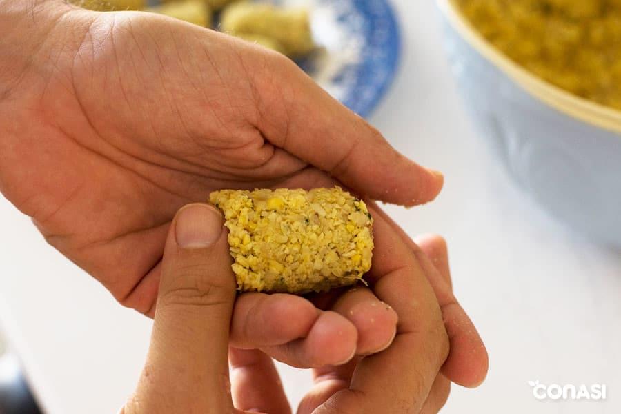 Dando forma a una croqueta vegetariana