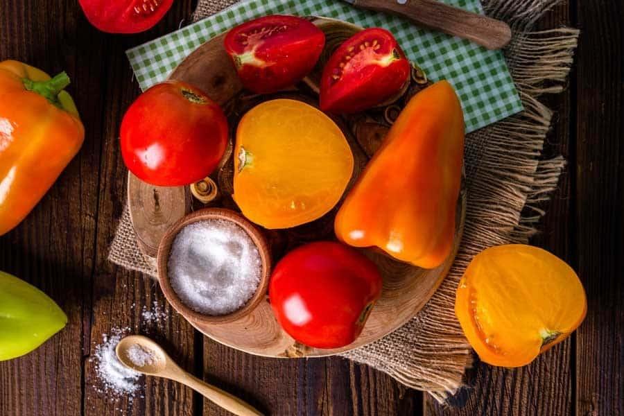 Tomates, pimientos y un cuenco con sal - Conservas al baño María