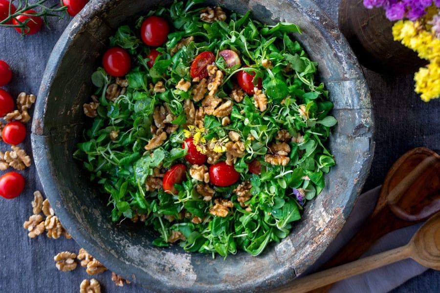 Ensalada de hoja verde, tomates y nueces - Disbiosis intestinal