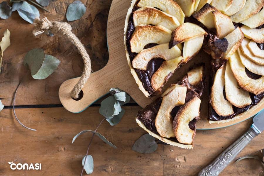 Tarta de manzana sobre una tabla de madera.
