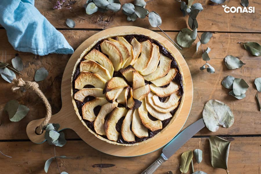 Vista desde arriba de una tarta de manzana con chocolate.